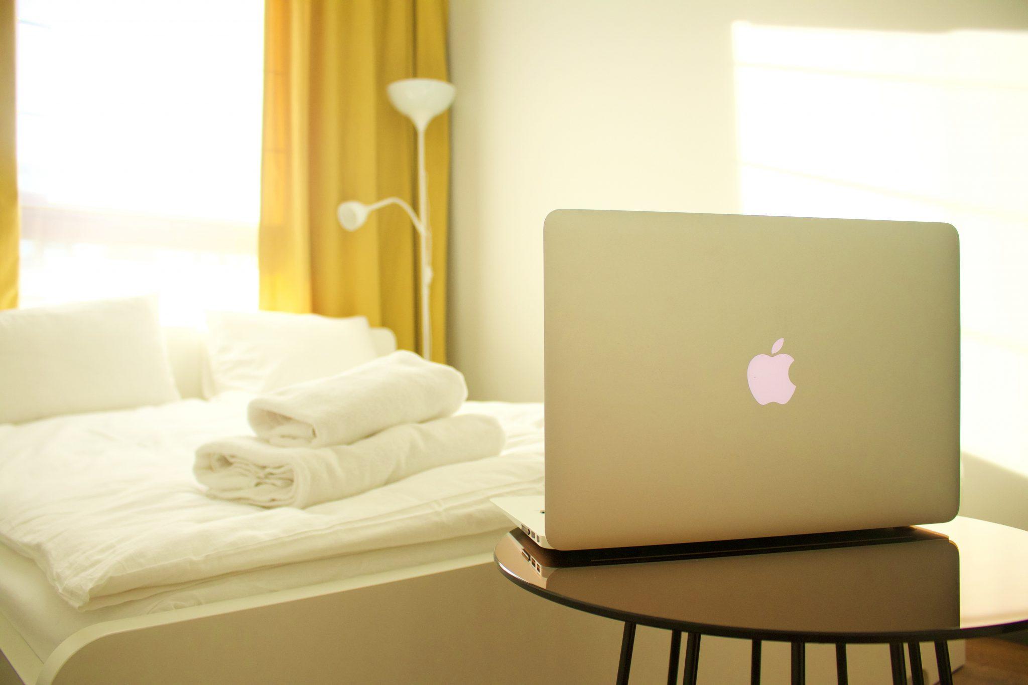 Macbook em quarto de hotel