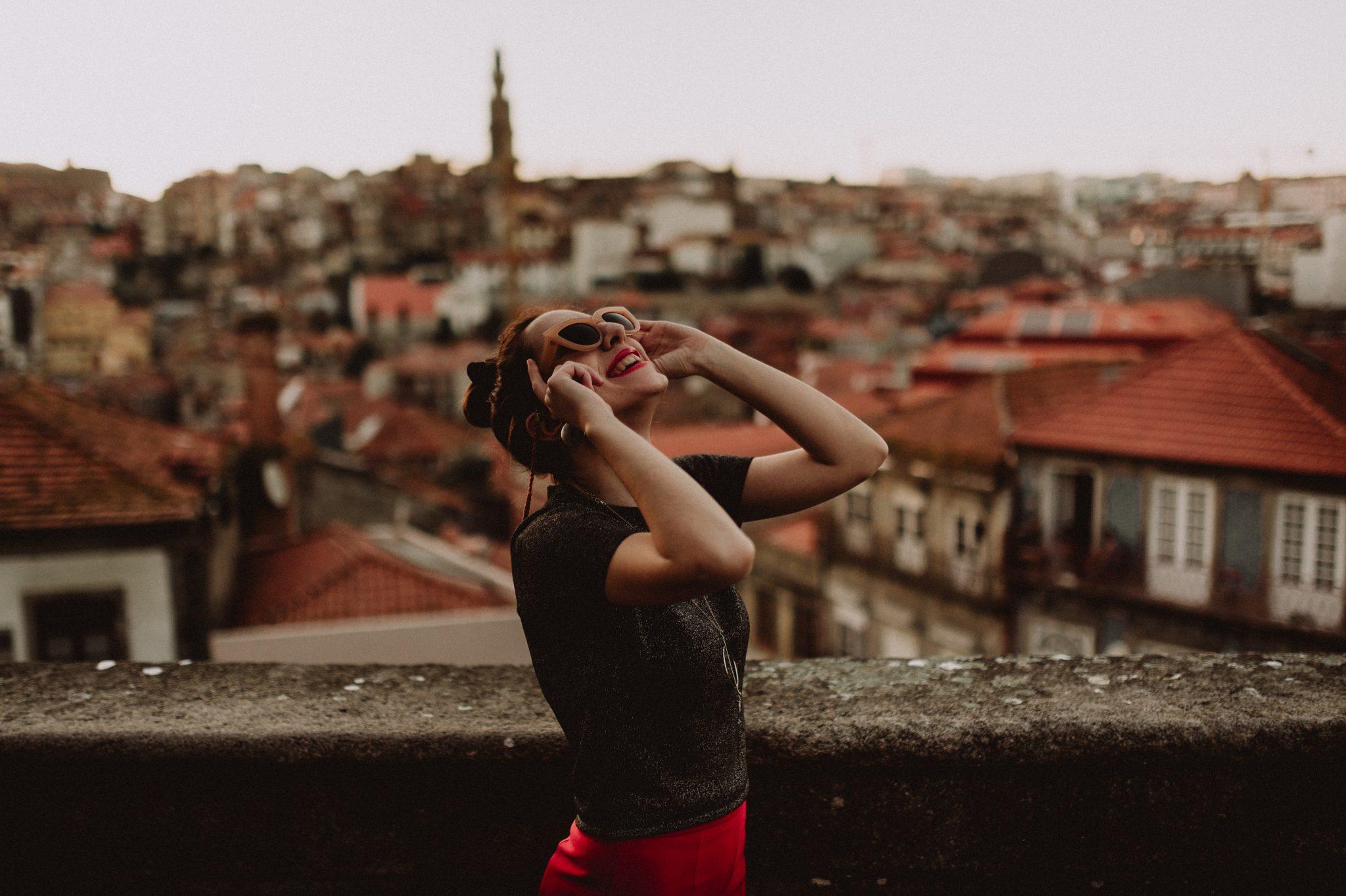 Rapariga a sorrir no Porto