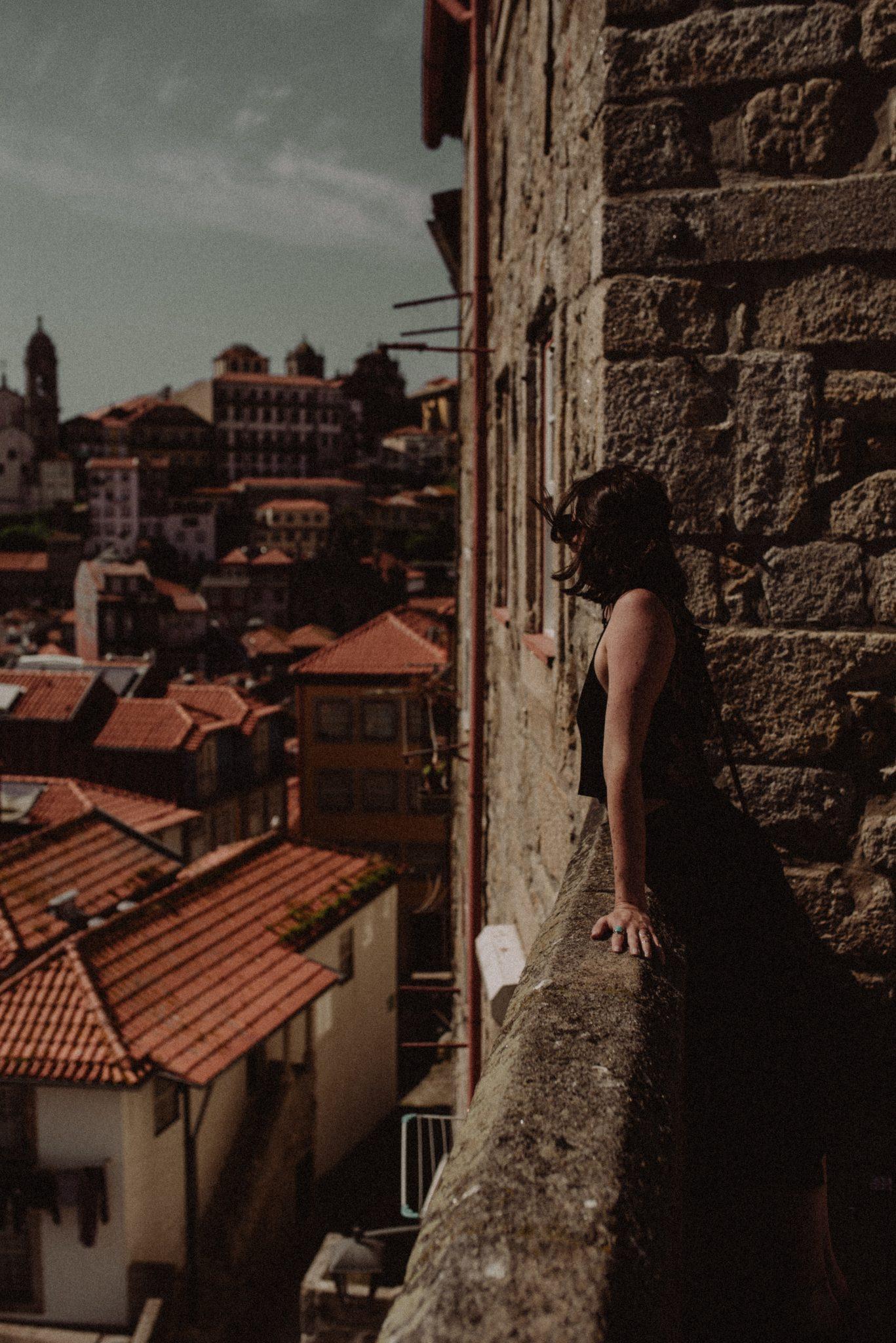 Rapariga em varanda de monumento