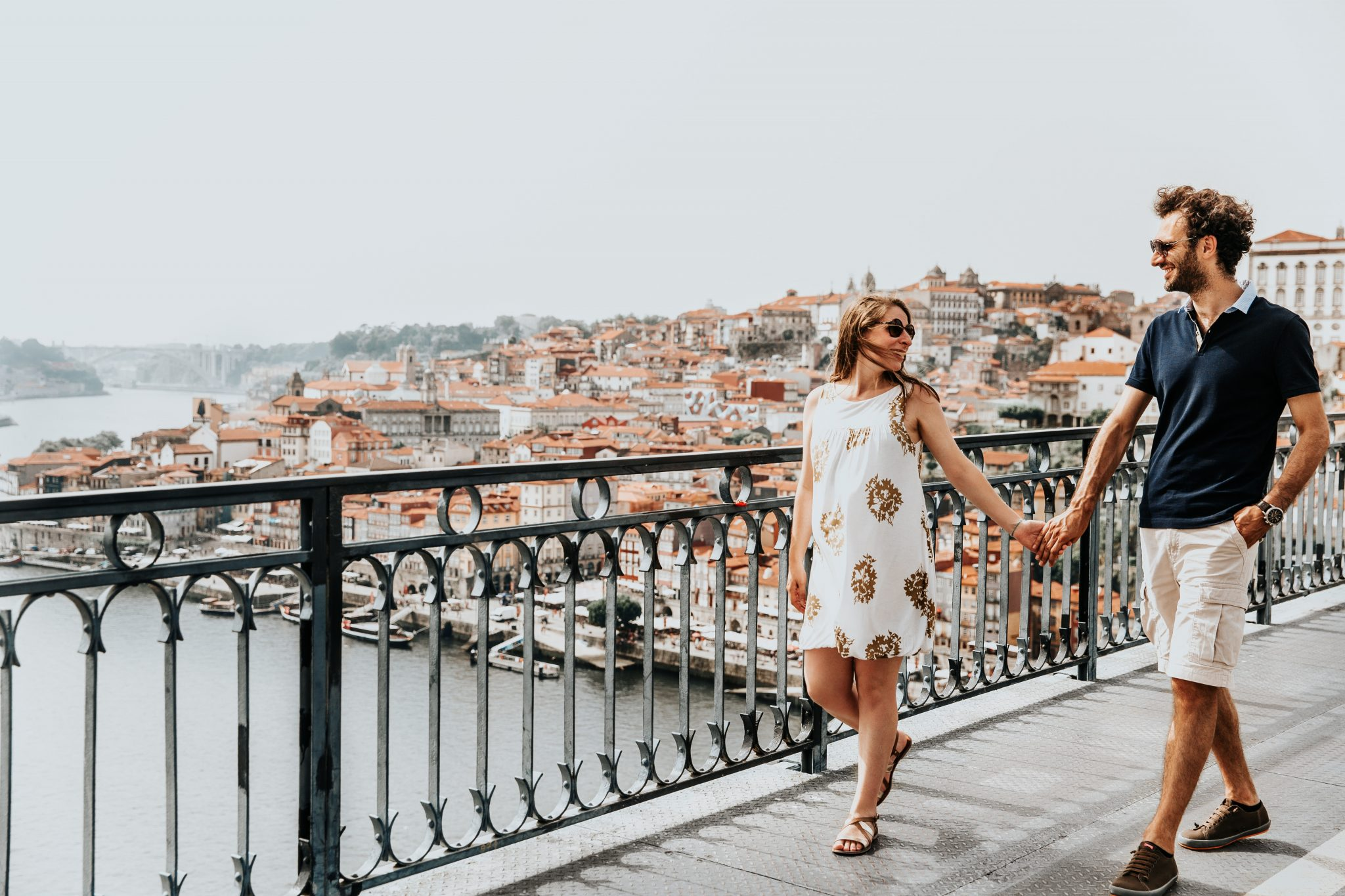 Casal a passear na cidade do Porto