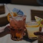 Brinde com bebidas coloridas