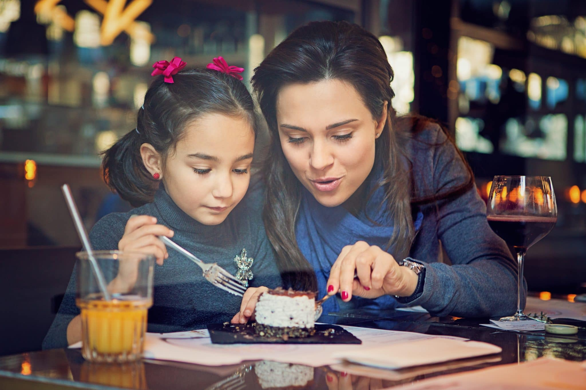 Mãe e filha partilham sobremesa
