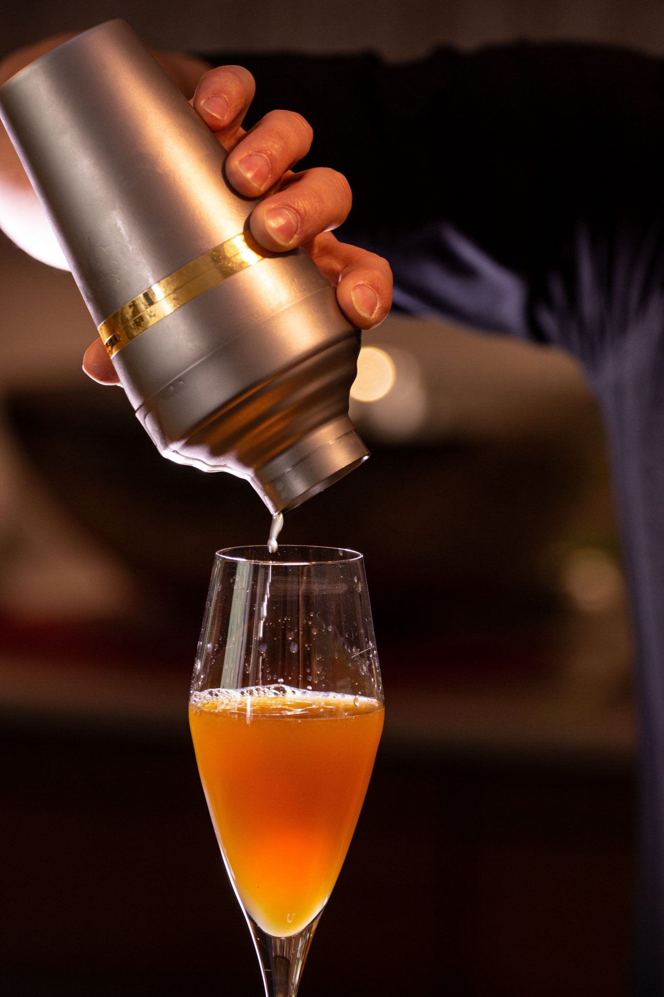 Copo alto com bebida a sair de shaker