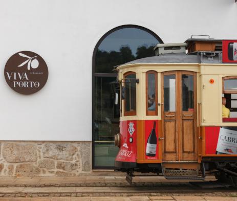 Elétrico em frente ao Restaurante Viva Porto